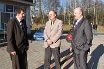 VENKU před konferenční místností společně debatovali Miloslav Čermák, Zdeněk Berka a Josef Novotný (zleva).