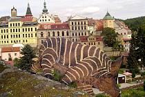 Tak vypadala socha zeprase na Kolowratské skále v Lokti v roce 2006. Dnes už tu ale není. Vandalové ji zdevastovali.
