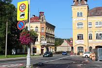 Jednou z variant je právě kamionová doprava přes staré město směrem na Loket.