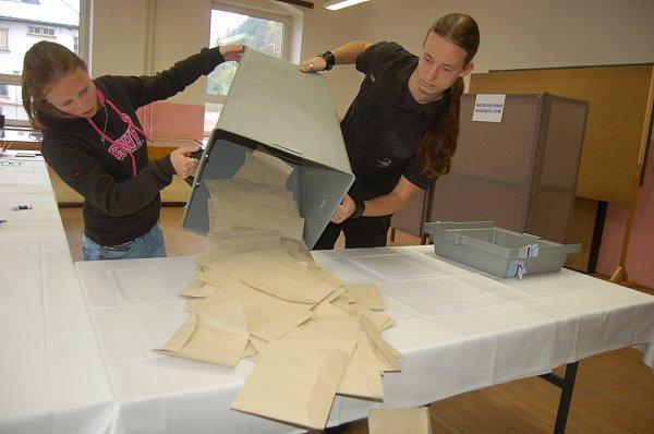 Volby skončili. Komise se vrhají na sčítání hlasů. Snímek je zvolebního okrsku 3vKraslicích.