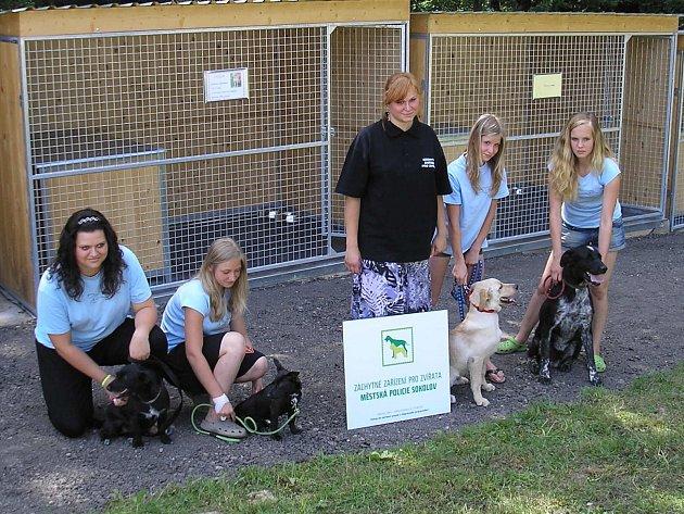 Veronika Fazekašová (uprostřed) si nemůže vynachválit pomoc dobrovolníků