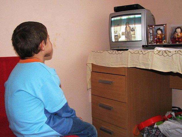 V AZYLOVÉM DOMĚ mají matky s dětmi k dispozici vše potřebné. Na snímku malý chlapec sleduje pohádky v televizi.