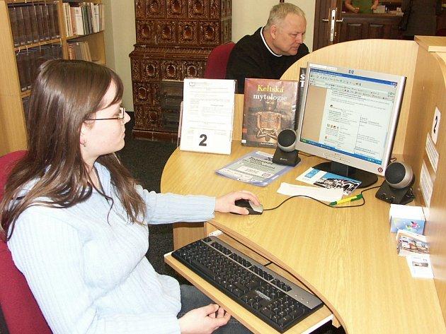 Zájem o internet v kraslické knihovně se zvyšuje. Připojit se chodí děti i senioři.