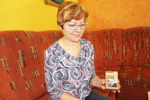 Jak bude vypadat balíček sfrantišky od Mateřídoušky, ukazuje ředitelka Věra Bráborcová.