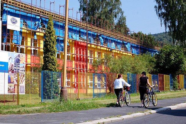 ZÁKLADNÍ ŠKOLA se stává moderním areálem v Havlíčkově ulici. Už zdálky září první pavilon pestrými barvami.