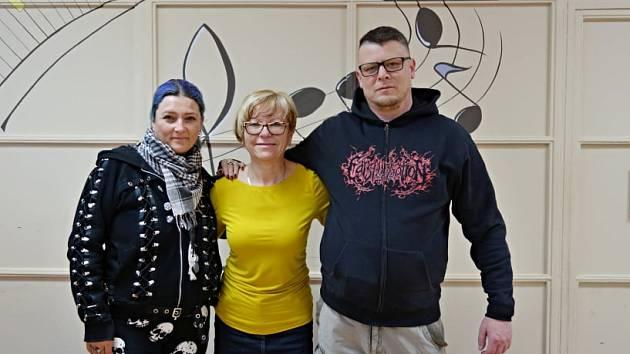 Pořadatelé Milan Beran a Jitka Červenková předali ředitelce Mateřídoušky Věře Bráborcové 31 tisíc.