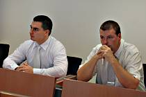 Policisté Pavel Herink a Vítězslav Novák (zprava) u sokolovského soudu