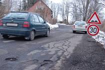 Plná výtluků a děr je hlavní silnice v Bublavě. Na některých úsecích je proto raději snížená rychlost.