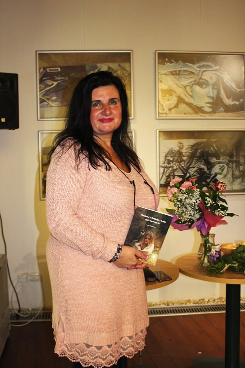 Jana Poláková pokřtila v knihovně šalvějí knížku Duchové a dušinky z Lokte.