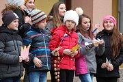 Děti v Kraslicích se loučily se zimou vhozením Morany do řeky.