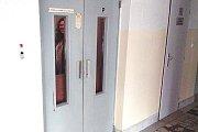 Z polikliniky zmizí staré výtahy.