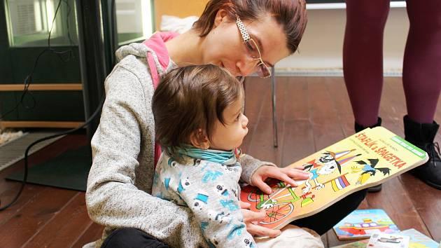 Bookstartový klub navštěvují maminky s dětmi od 1 do 3 let.