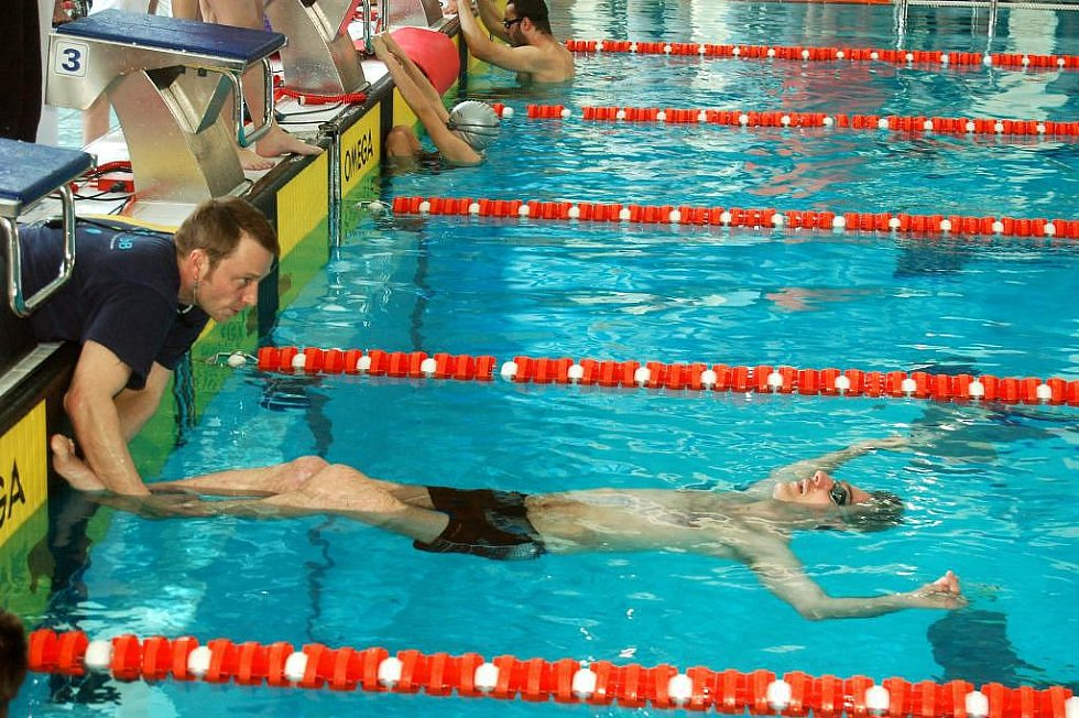 Do sokolovského bazénu přijelo v sobotu přes sto zdravotně postižených plavců z celé republiky