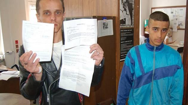 Juraj Rigo přinesl do redakce potvrzení o šetření svého syna po údajném napadení policií.
