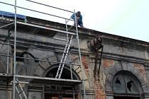 Rekonstrukce historické Dvorany pokračuje. Opravuje se střecha, která byla v havarijním stavu.