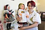 Lenka Volková vystavuje v Kraslicích sbírku svých panenek v krojích.