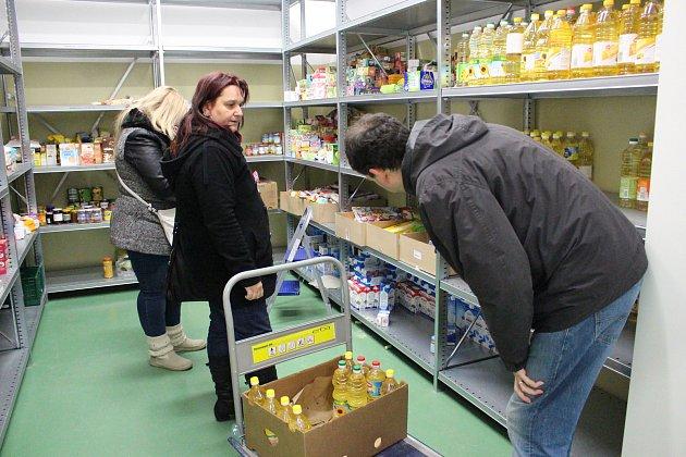 Potravinová banka každý týden nyní zásobuje desítky neziskovek vkraji.