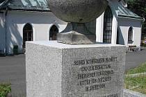 PAMÁTNÍK je umístěný na kraslickém hřbitově.