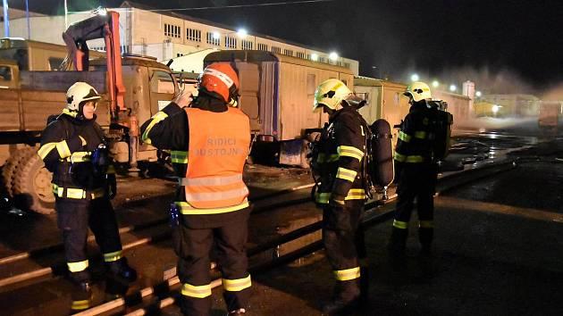 Z nádrže areálu unikaly tisíce litrů kyslíku, hrozil mohutný výbuch.