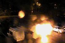 Trojice mužů zapálila na parkovišti auto.