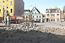 NOVÁ PARKOVACÍ místa, celkem pětadvacet, vzniknou místo bývalého autobusového nádraží v centru Kraslic.