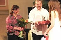 MANŽELÉ Žákovi přebírají za svoji práci Křesadlo. Podle jejich slov pro ně ale byla překvapením už samotná nominace.