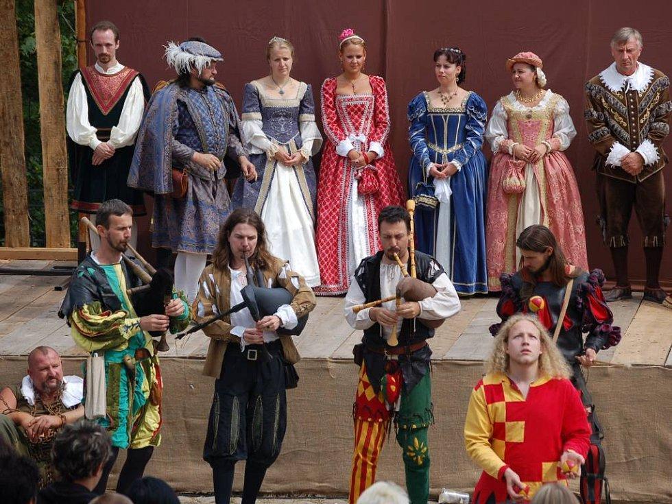 Hudebníci a kejklíři pak všem předvedli, jak se šlechna bavila ve středověku.