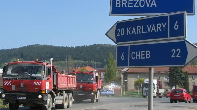 DOPRAVNÍ OMEZENÍ. Avizovaná uzavírka zakáže průjezd z Dolního Rychnova ke křižovatce u Březové (na snímku). Doprava na silnici I/6 má být svedená přes Citice a Černý Mlýn.