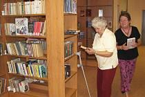 KNIHOVNA v Novém Sedle měla otevřeno teprve pár hodin. Na nezájem čtenářů si ale zaměstnanci nemohli stěžovat.