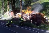 Uskladněné hořící dřevo ohrožovalo rodinný dům.