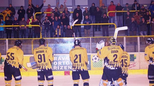 Hokejisté Baníku Sokolov si po utkání mohli spolu s fanoušky vychutnat zaslouženou výhru