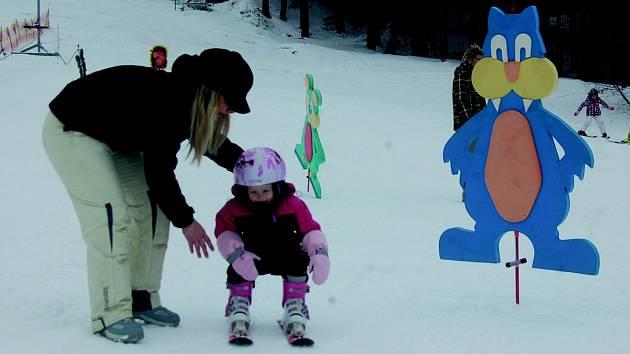NA HORÁCH jsou i přes teplejší víkend stále dobré lyžařské podmínky. Na svazích v Bublavě leží půl metru technického sněhu. O víkendu si sjíždění svahů nenechaly ujít desítky lidí.