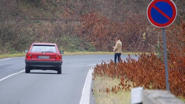 S PROSTITUCÍ u hranic nemělo město dosud problémy. Nyní je začíná řešit, neboť u hlavního tahu se prostitutky objevují. Na snímku jedna z nich mává na německého řidiče.