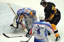 V předehrávce 20. kola II. hokejové ligy podlehl Baník Sokolov (v černém) Děčínu 3:4 v prodloužení.