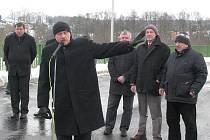 HEJTMAN Karlovarského kraje Josef Novotný (v popředí) ve čtvrtek zavítal do Královského Poříčí na slavnostní otevření nového silničního propojení. Právě tam promluvil o důležitosti vybudování západního obchvatu Sokolova.