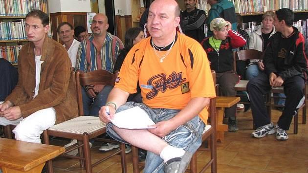 Miloš Bryndač (v popředí) na jednání zastupitelů vysvětloval, jak moc je finanční podpora ze strany obce pro udržení oddílu důležitá.