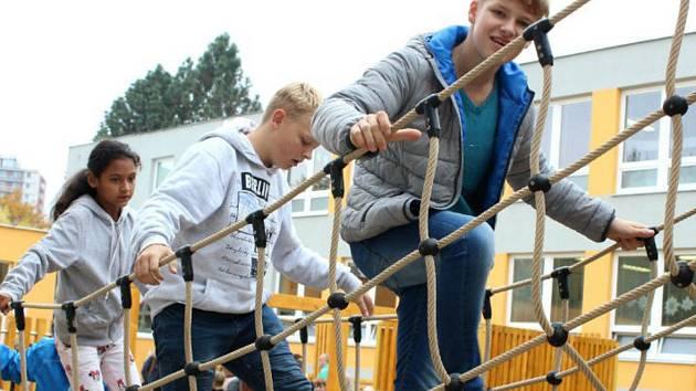 Hřiště u školy v Husově ulici může nově využívat i veřejnost.