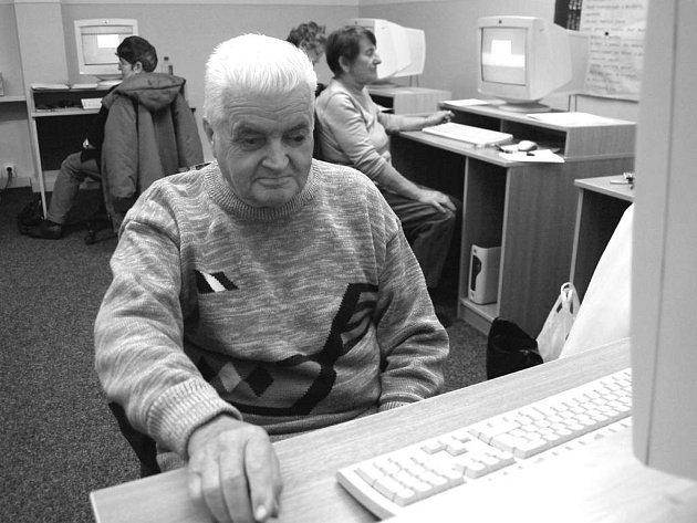 Senioři se ve speciálním kurzu učili používat například počítač.
