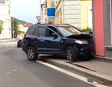 Do budovy umělecké školy narazilo v centru Kraslic auto, posádka se lehce zranila.