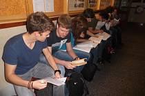 STUDENTI gymnázia už ve čtvrtém ročníku mají většinou o výběru vysoké školy jasno. S rozhodováním jim pomáhají semináře i návštěvy zástupců jednotlivých škol.