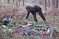 LESNÍCI NACHÁZEJÍ v lesích takřka každý den vyhozené odpadky. Jejich likvidace pak stojí tisíce korun.