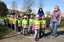 Každé dítě v sokolovských mateřinkách dostalo reflexní vestu.