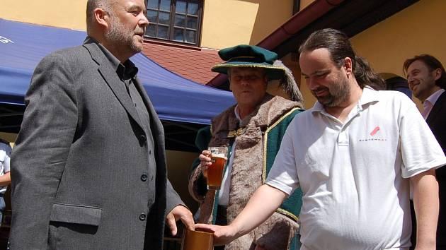 Sládek Jan Rada (vpravo) spolu s majitelem minipivovaru Ladislavem Sásem (vlevo)