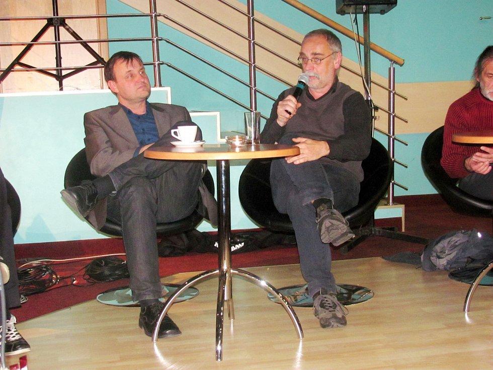 TOMÁŠ KÁBRT a Erich Kříž (zleva) dnes. Na besedě v MDK připomněli předlistopadovou dobu.