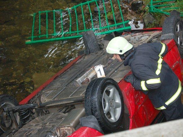 AUTO Z ŘEKY musela vytáhnout speciální technika. Kolemjdoucí nechápali, jak se auto mohlo do potoka vůbec dostat. Nehoda si vyžádala dvě lehká zranění.