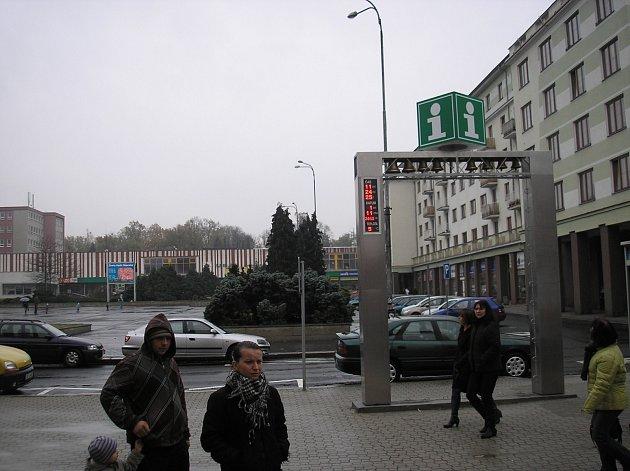 Infobrána před sokolovským MDK upozorňuje mimo jiné na nedaleké infocentrum.