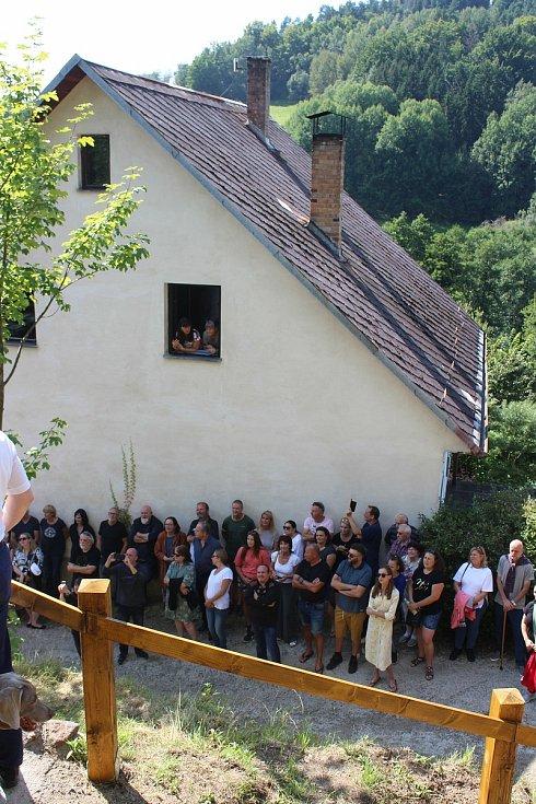 Dolnodražovský okrašlovací spolek obnovil někdejší zvoničku. David Prachař pro nedalekou obnovenou studánku pak vyřezal sochu Jana Nepomuckého.