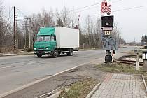 První část chodníku z Vintířova končí u železničního přejezdu (na snímku), hned za kolejemi začne v létě stavba další etapy.