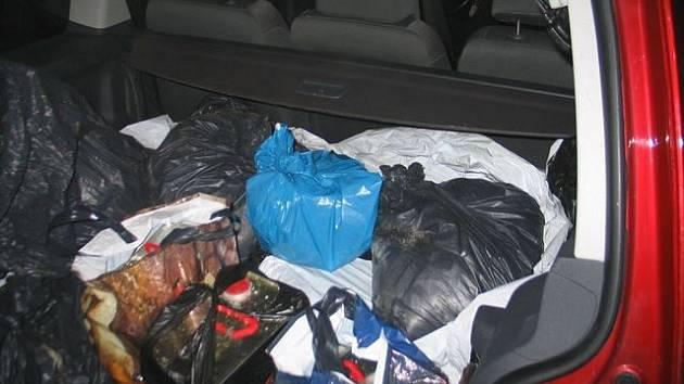 V autě policie zajistila jedenáct kanystrů s chemikáliemi.