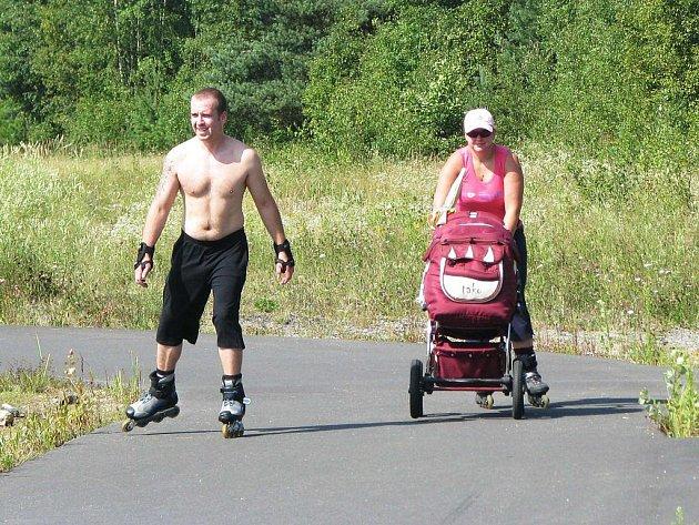 Mladý pár vyrazil na brusle k bodenskému jezeru. Jen ten nejmenší ještě zatím zůstal v kočáře.